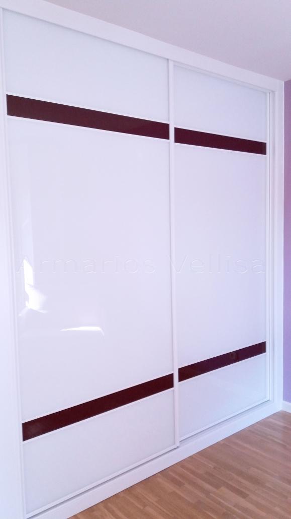 Armario empotrado dos puertas correderas. 248 X 220 X 66 Modelo dos franjas horizontales de cristal color granate, separadas por junquillos aluminio blanco lacado. y separadas entre ellas 3/5 partes de la vertical, resto cristal blanco. Molduras; blanco melamina