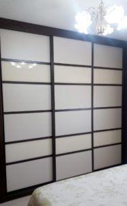 Armario empotrado 249 X 210 X 70 3 puertas correderas. Modelo: Panel Japonés; con cuatro junquillos DM color wengué, separando en cinco partes cristal blanco. Color base: Wengué, melamina. Paneles: Cristal Blanco