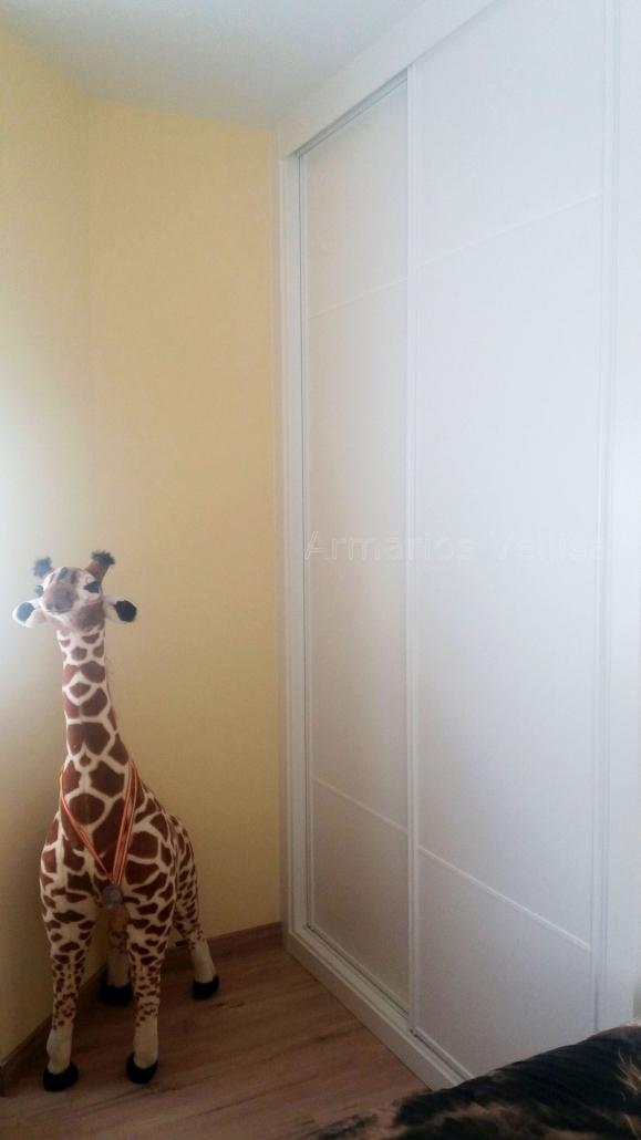 Armario empotrado en habitación juvenil 259 X 150 X 70 Puertas: 2 Correderas. Modelo: Tablero con 2 junquillos aluminio blanco separando vertical en 3/5 partes. Color base: Blanco, melamina. Color Paneles: Blanco, melamina