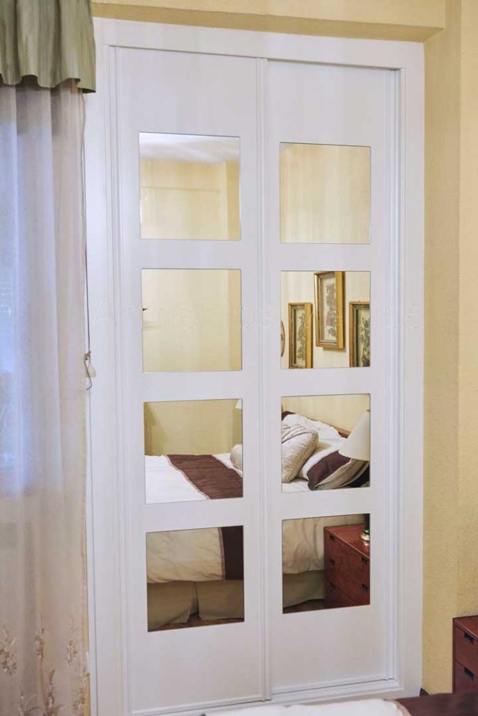 Armario empotrado a medida puertas correderas, instalado 30-10-19 en dormitorio principal. Medidas exteriores: 250 X 120 X 70 Puertas: 2 corredera. Modelo: Geometría con 4 espejos embutidos. Color base: Blanco, lacado.